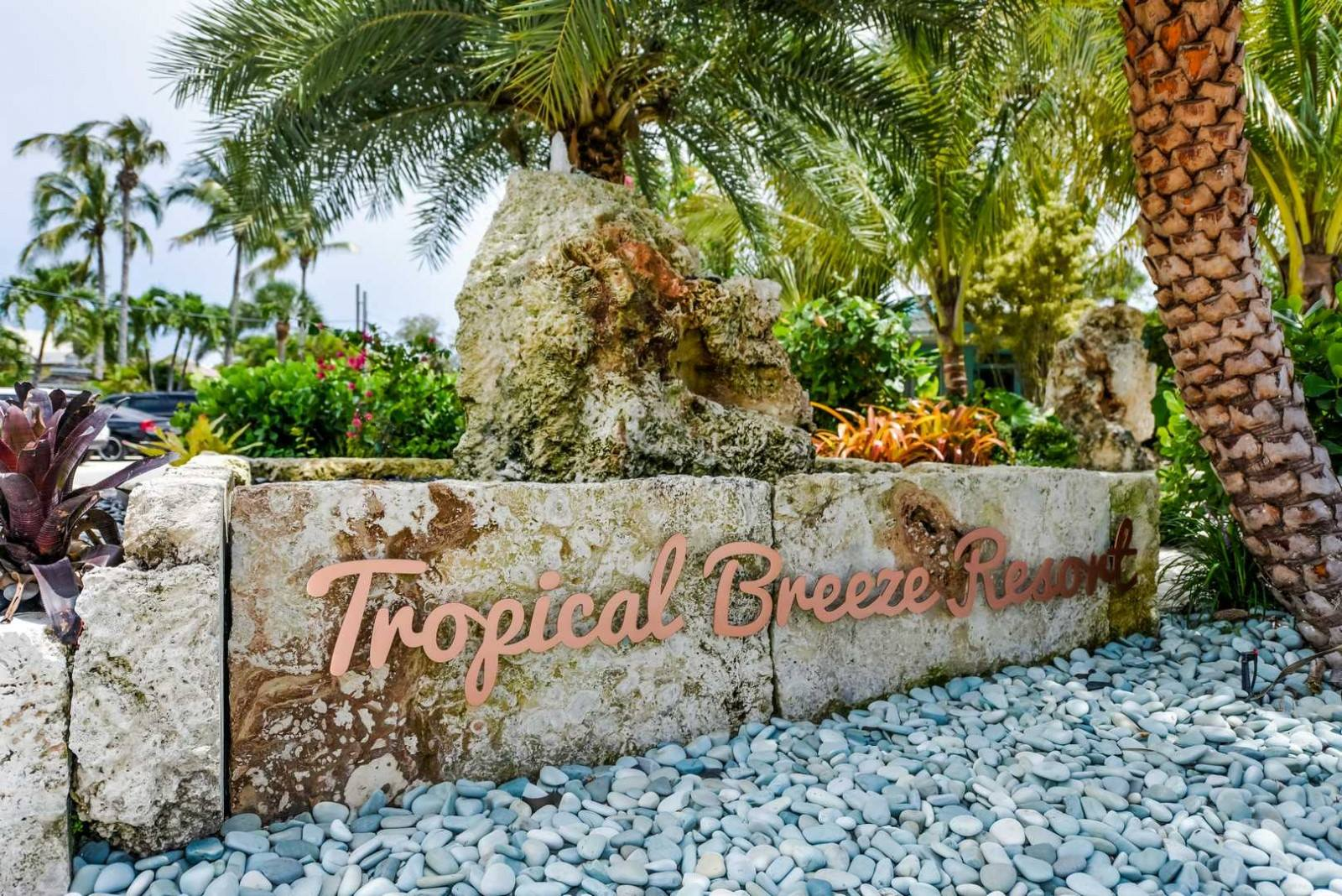 tropical-breeze-resort-pet-friendly-boutique-hotel-siesta-key-entrance