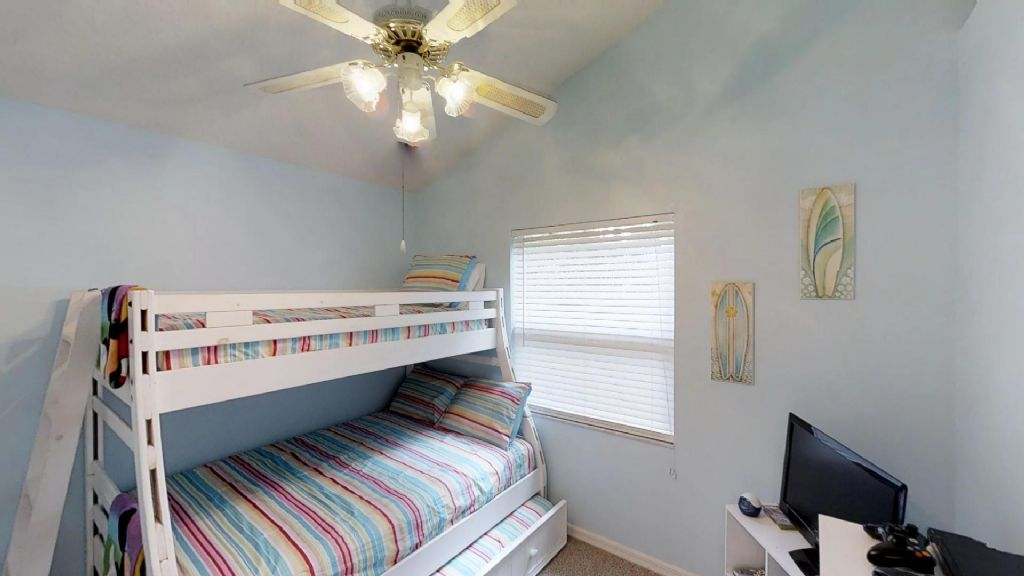 2nd bedroom with full/twin bunk