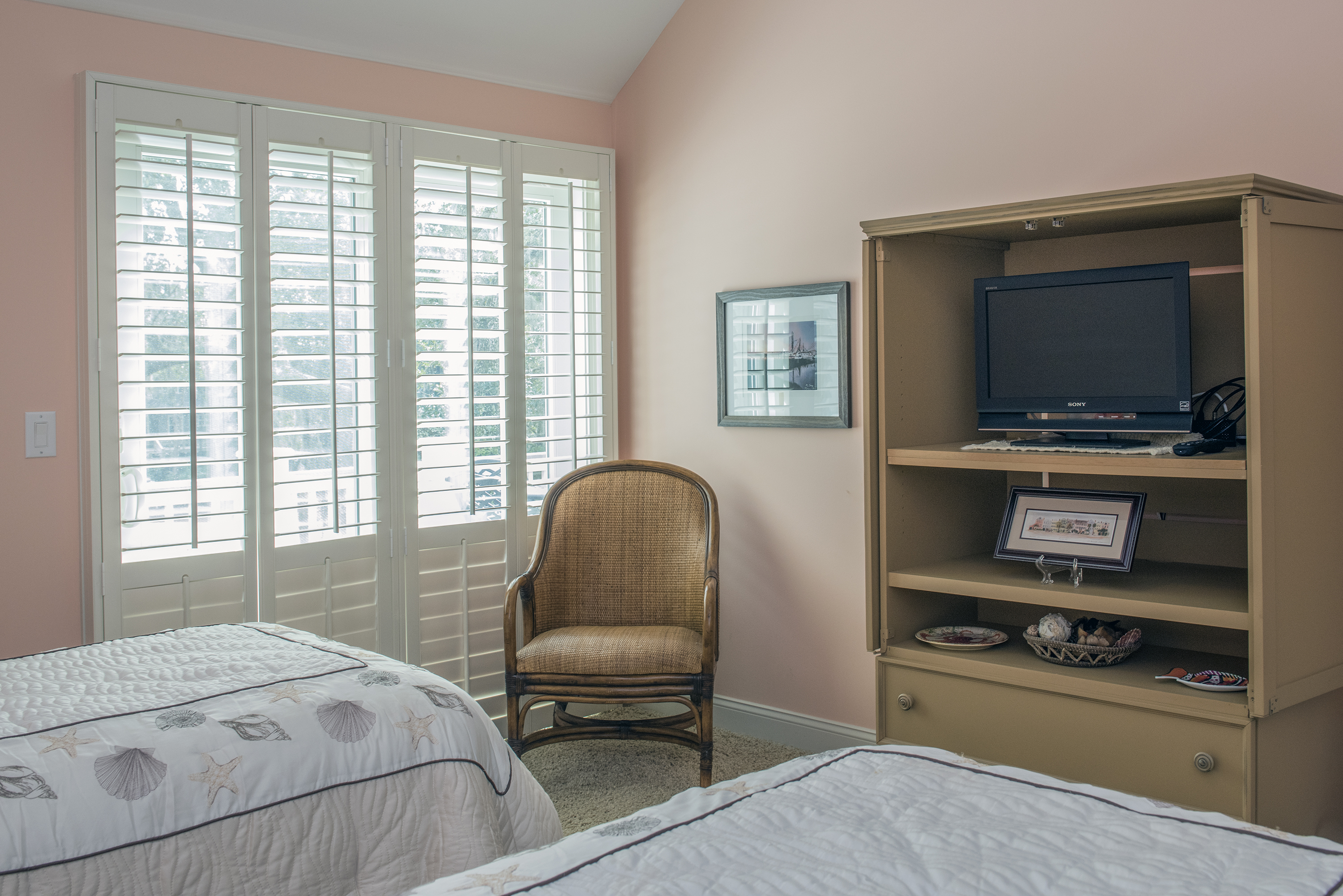 3rd bedroom has HDTV and sliding glass doors to large deck overlooking the golf course.