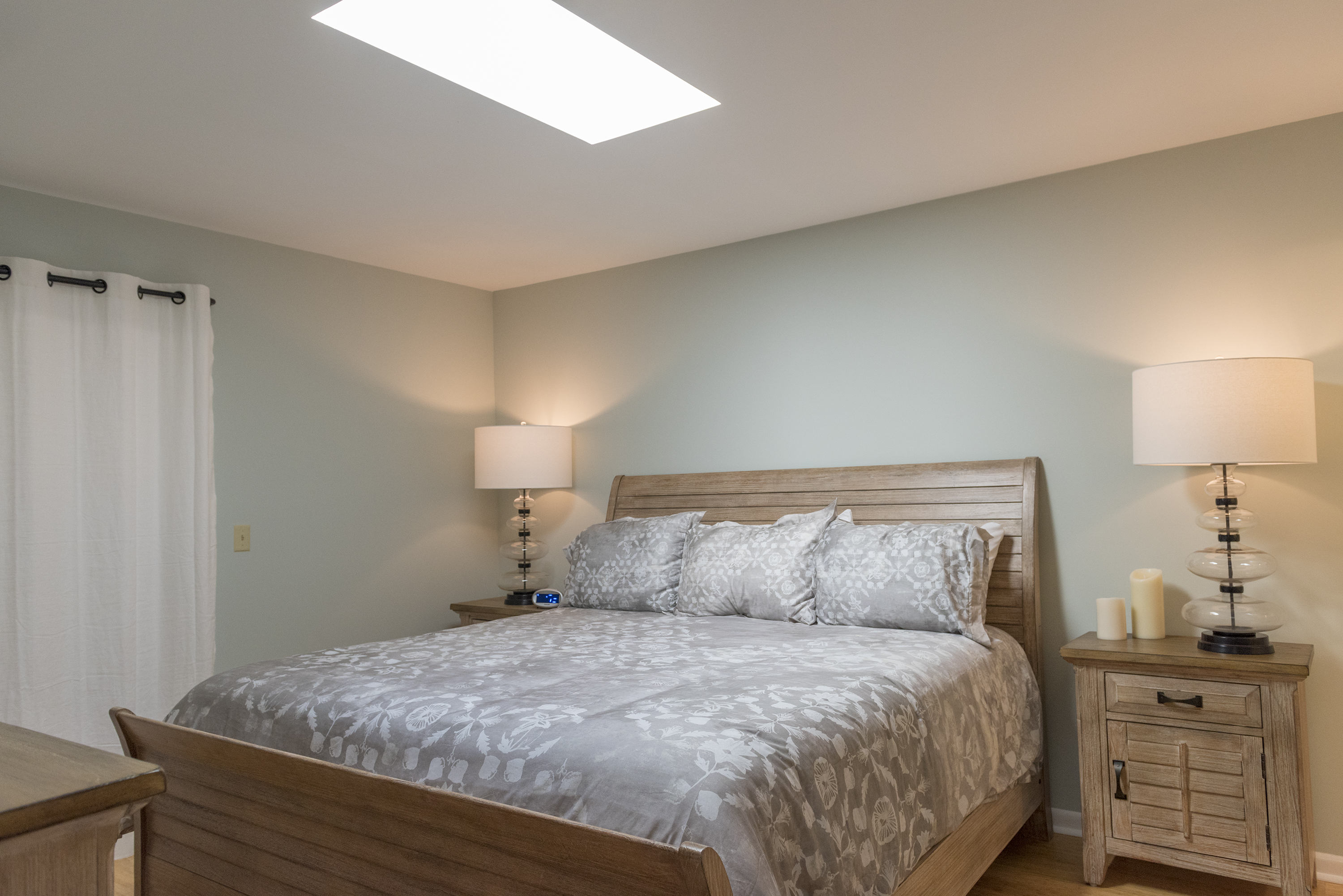 The en suite master bedroom features a king size bed.