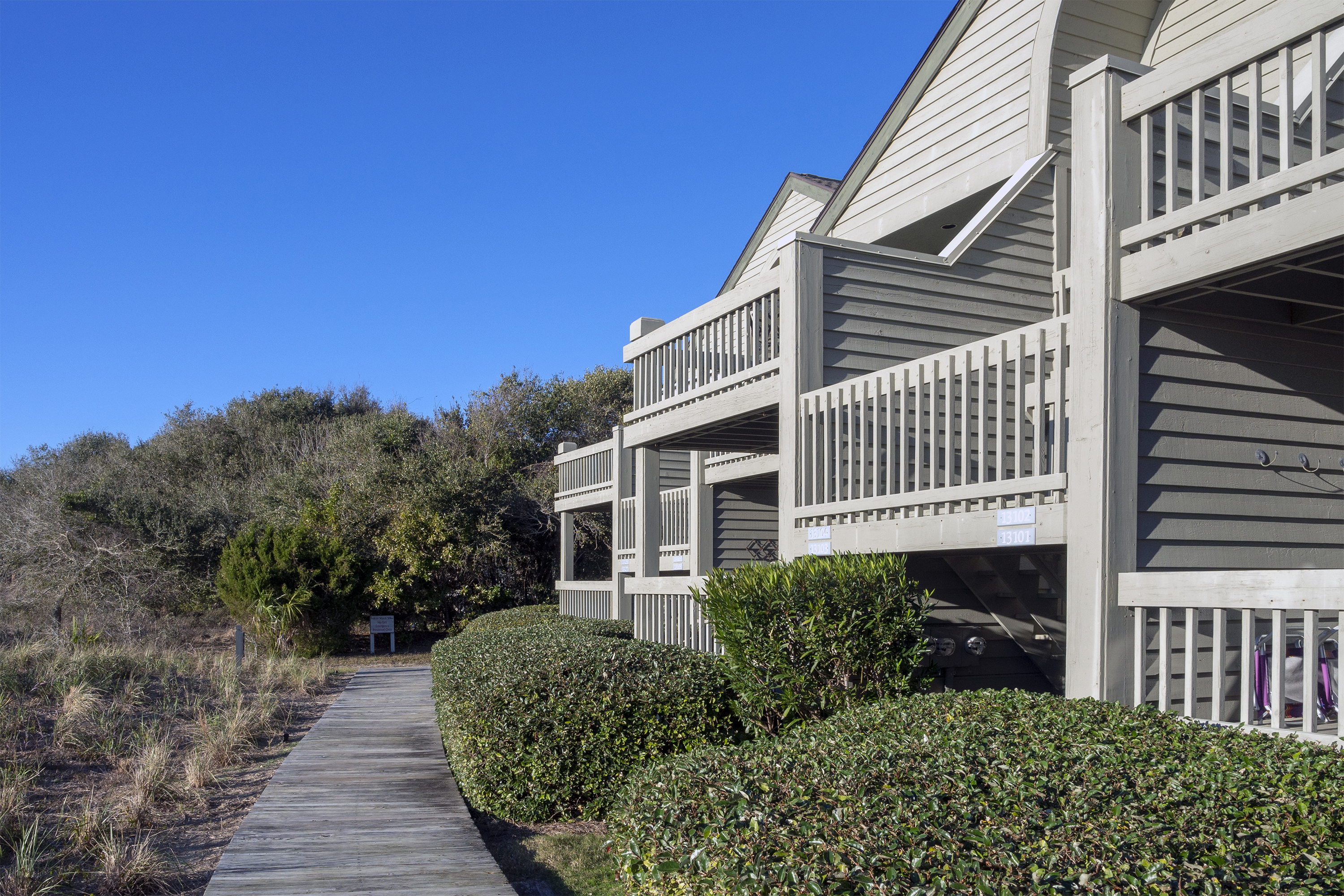 Private second floor end unit with easy beach access