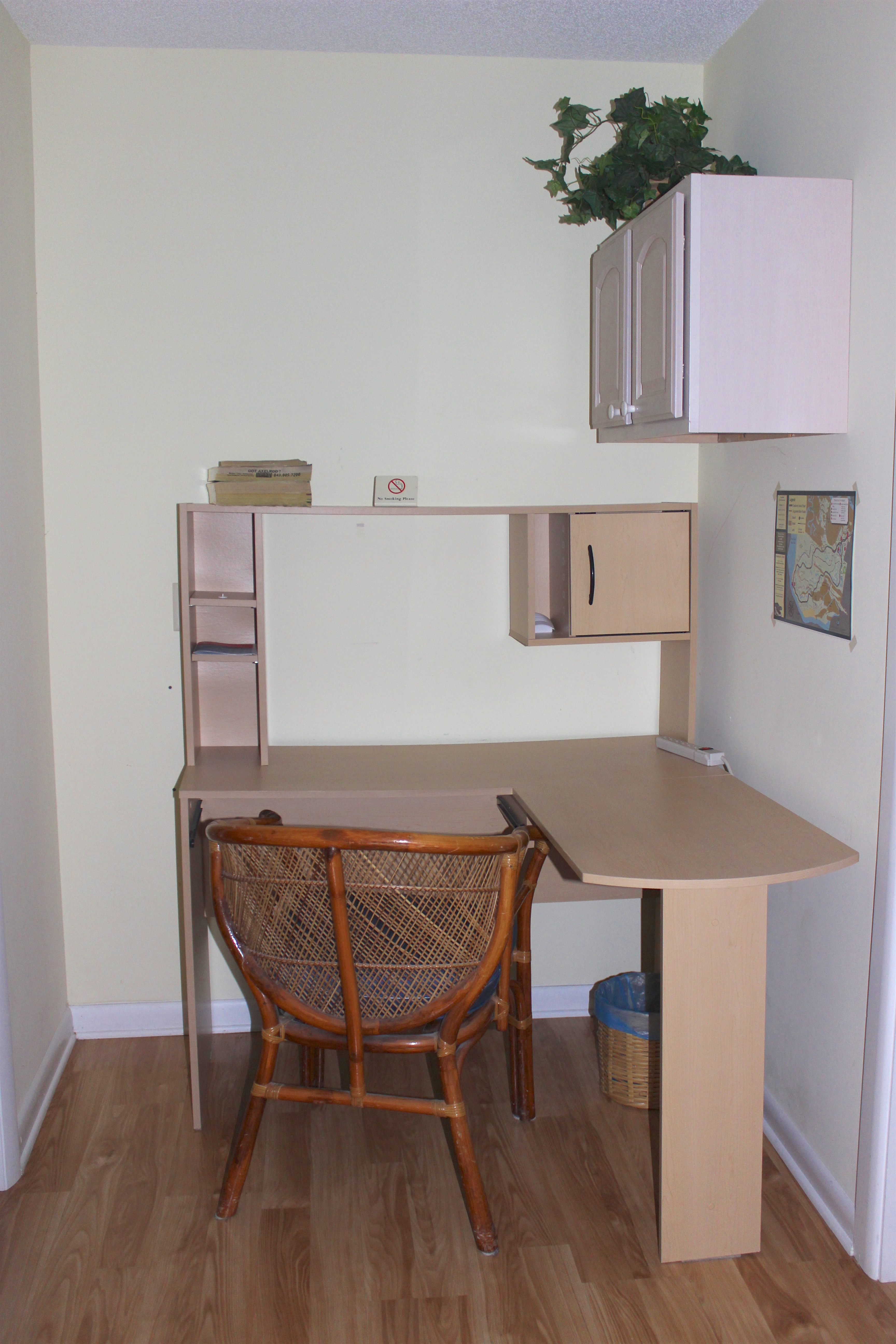 If you need to work while visiting, there is a computer desk in the hall area.