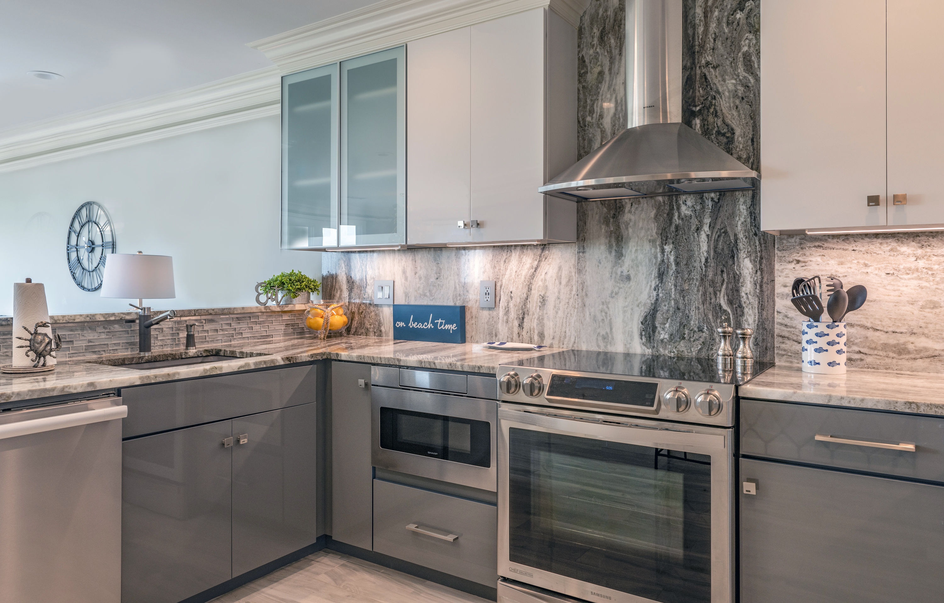 Bright and clean kitchen, open to living areas. Great for entertaining.