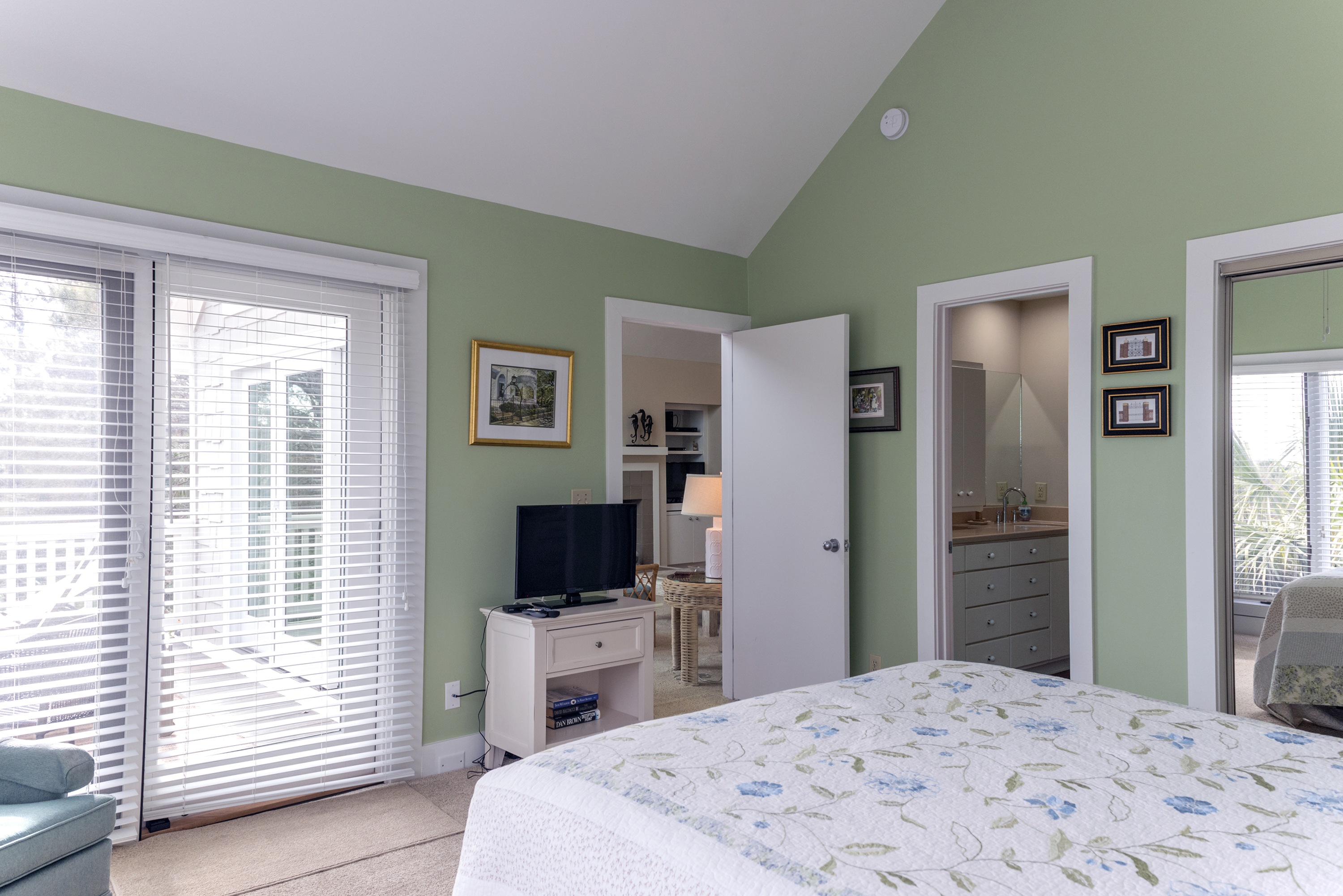 The master bedroom has HDTV, an en suite bath and sliding doors to the upper deck.