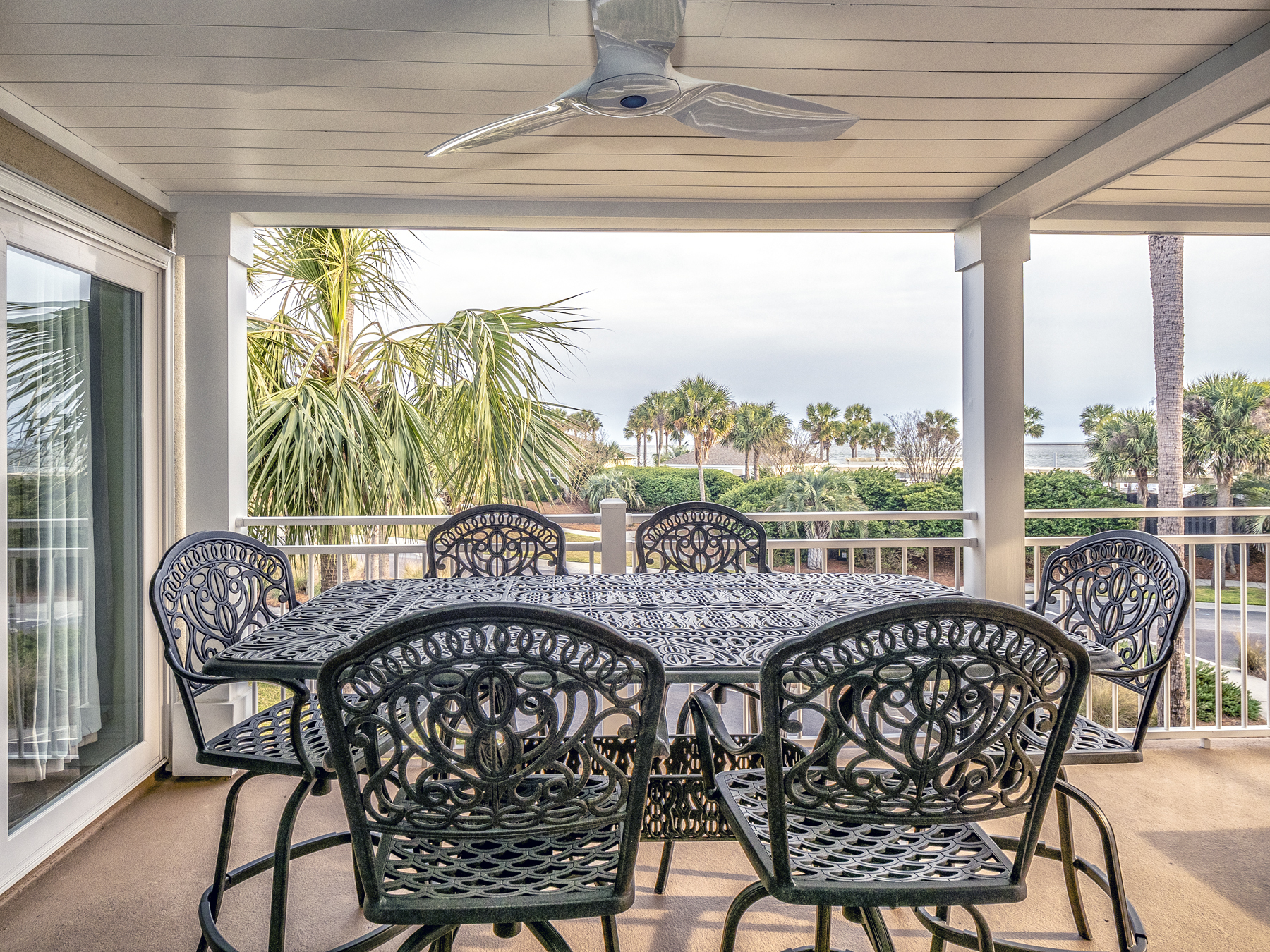 Outdoor dining with seating for 6