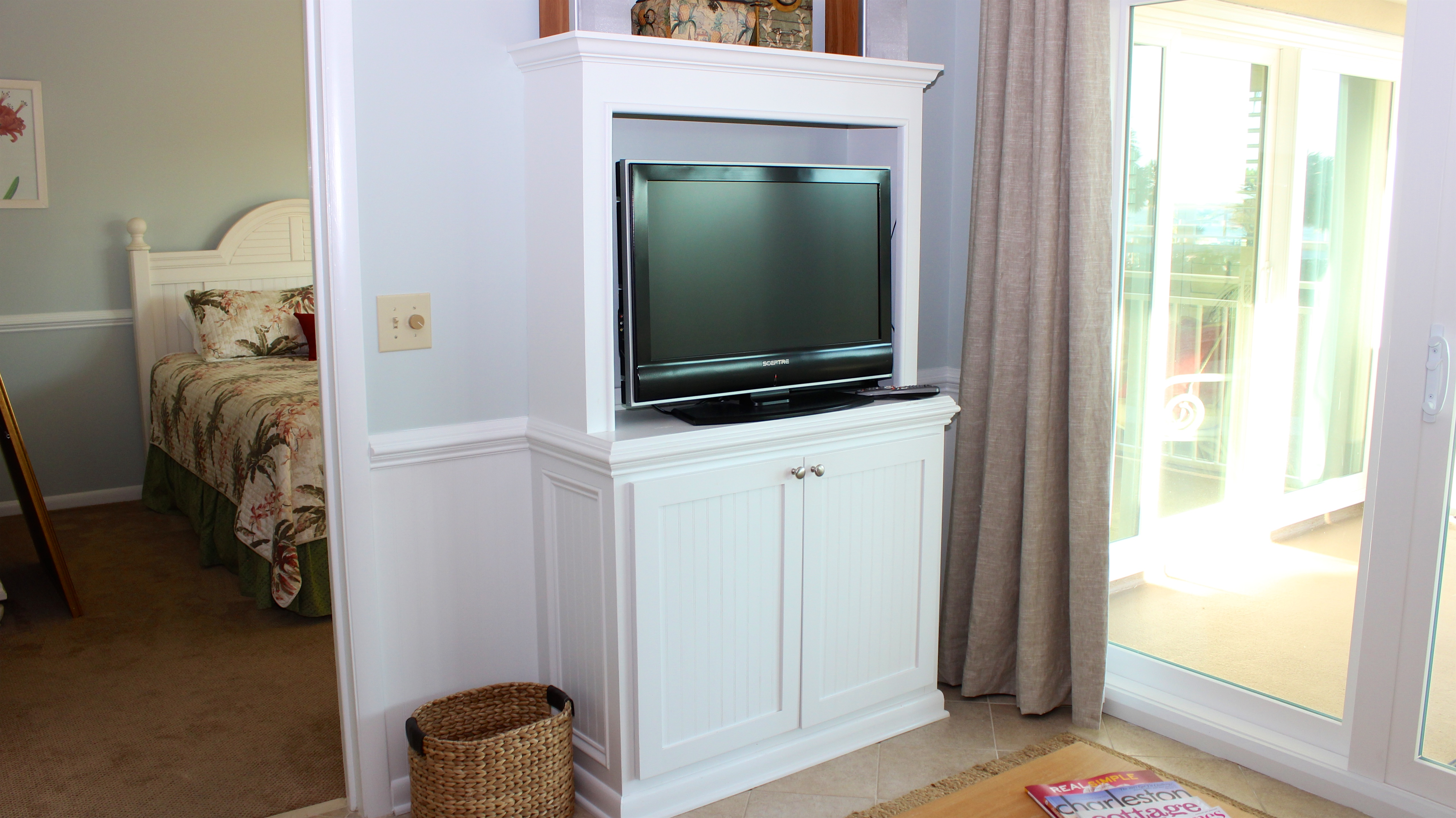 Watch your favorite shows or movies on the HDTV/DVD.