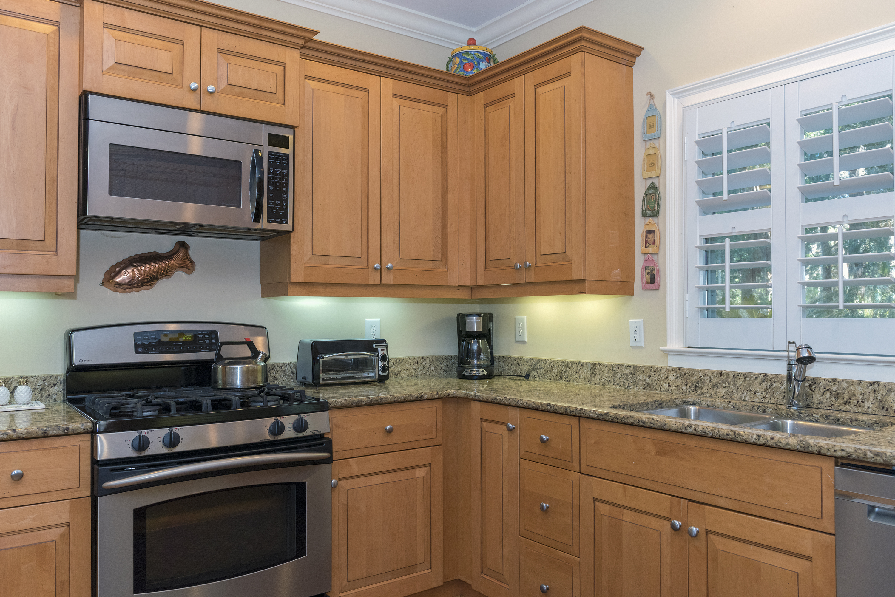 Beautiful, fully equipped kitchen for your use.