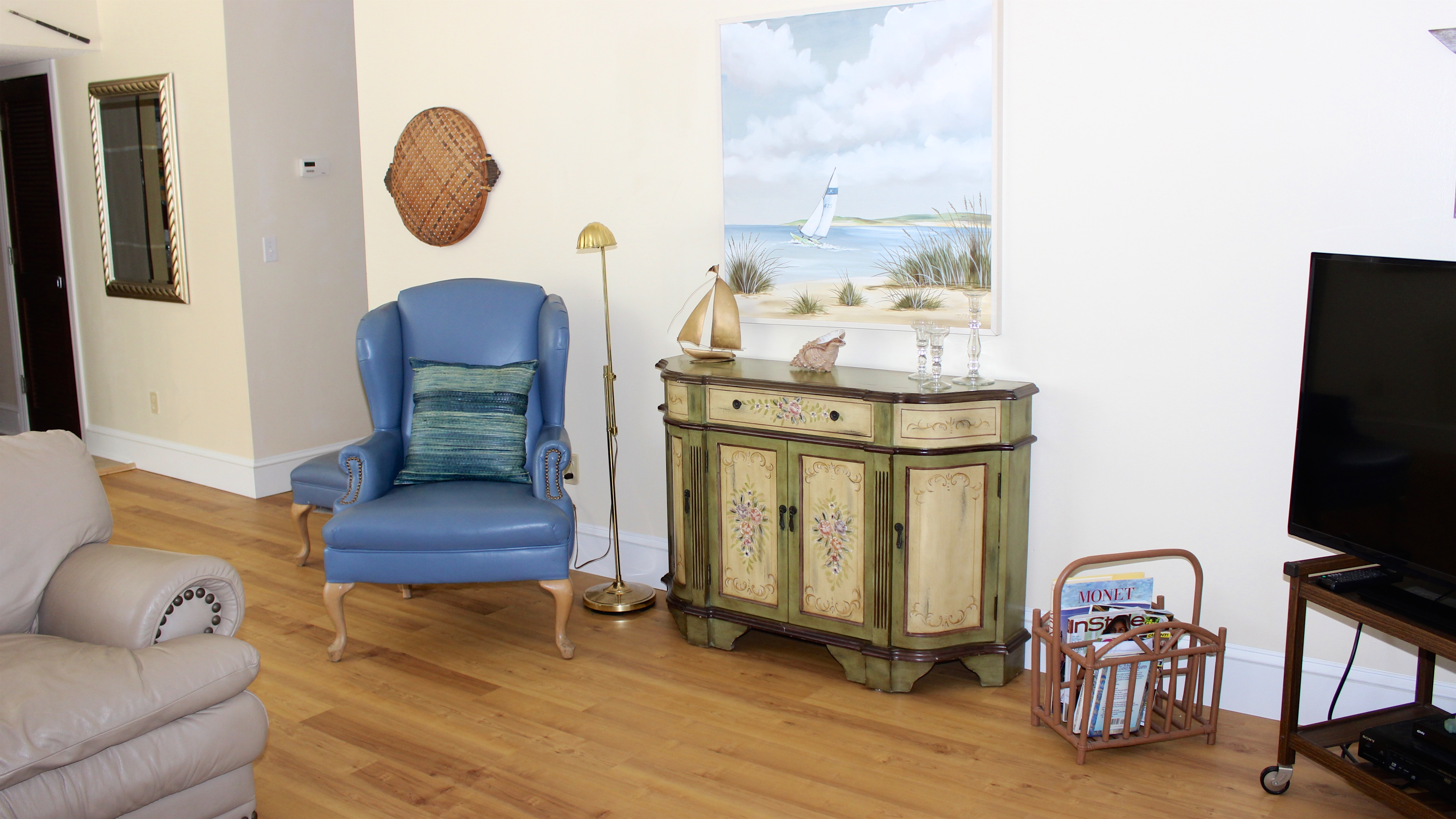 Sailboats and beach scenes grace the walls.