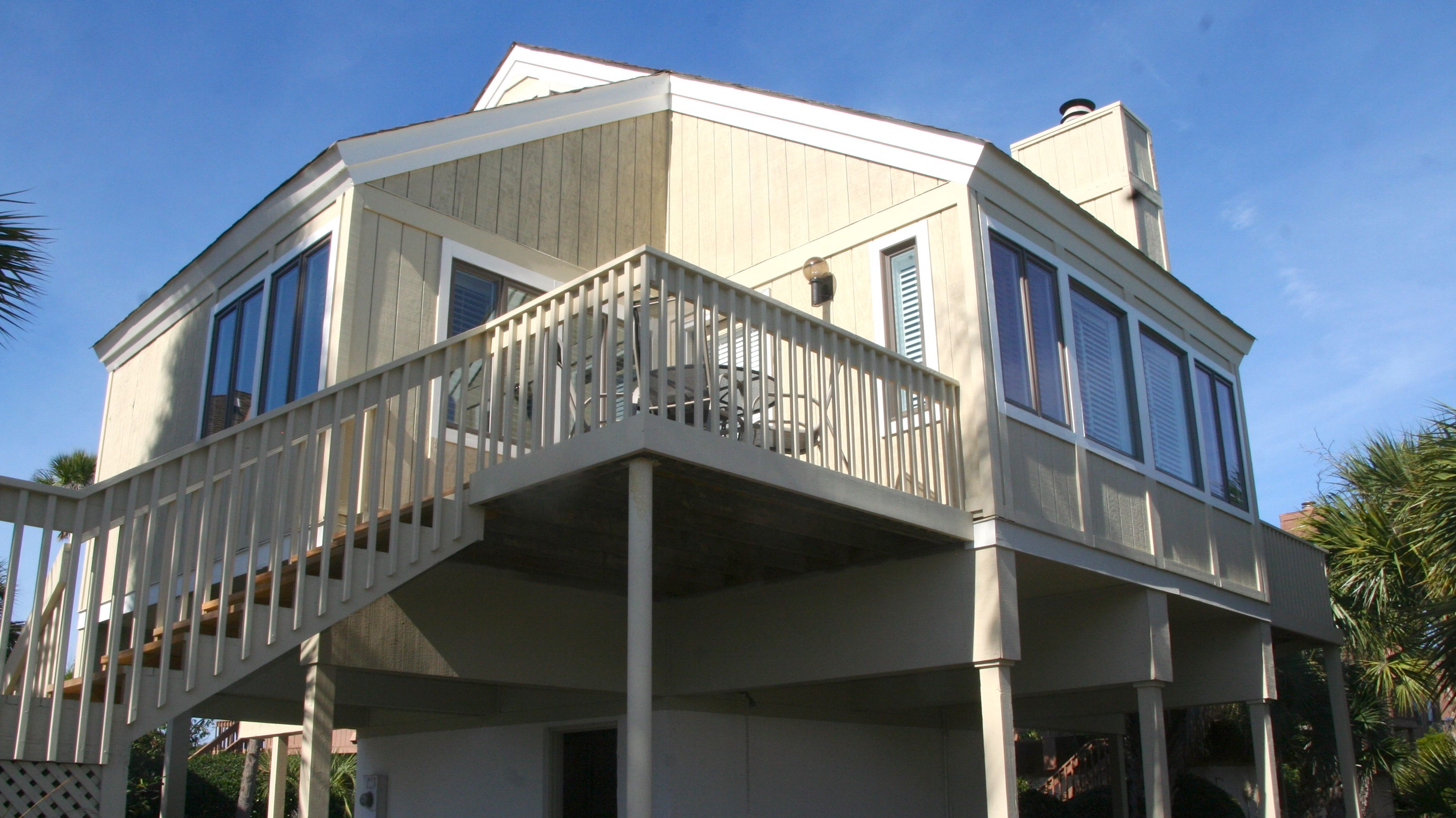 This cottage is updated, well-decorated, neighborhood pool, short walk to beach.