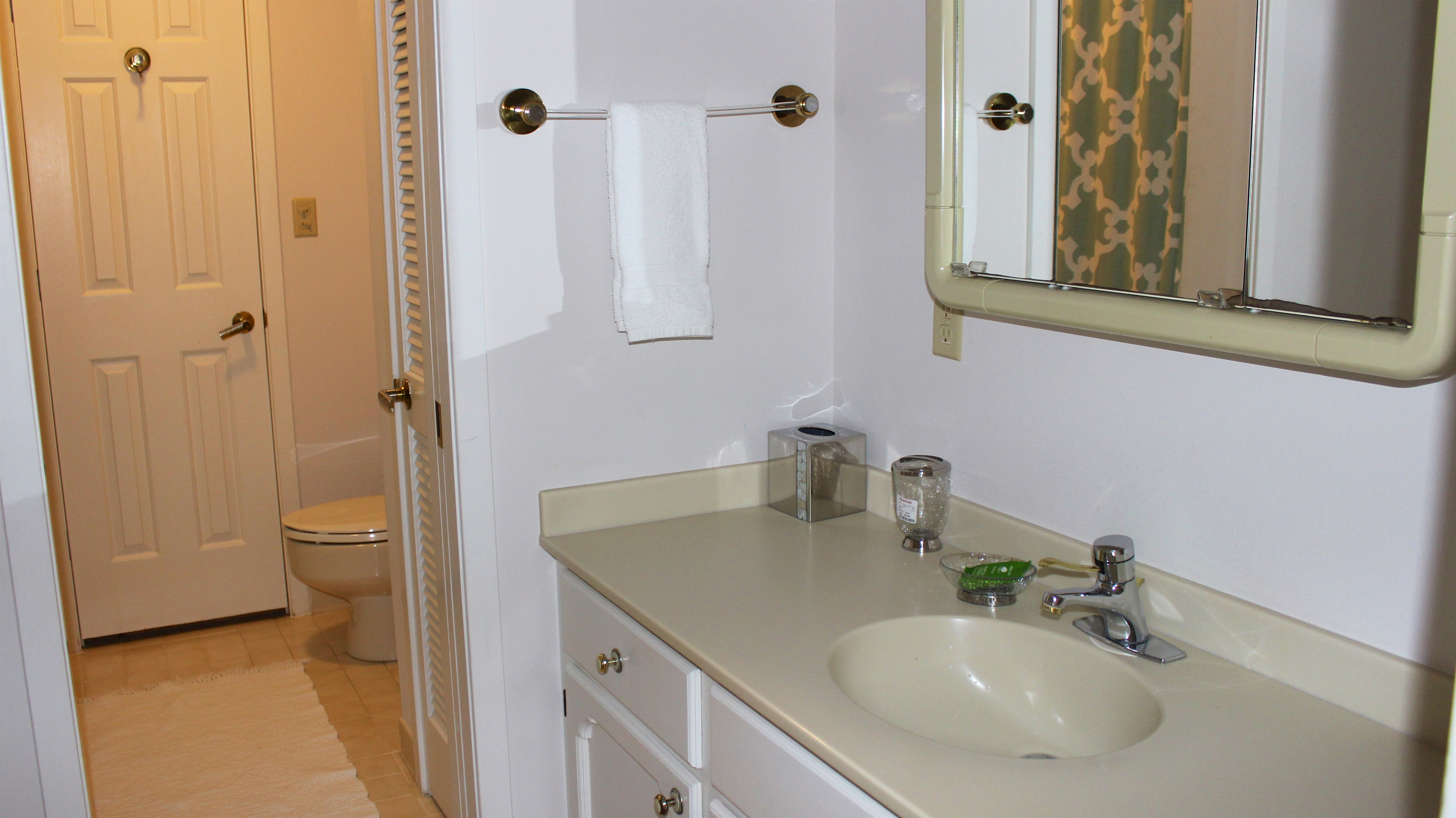 The tub/shower and toilet are in a separate room.