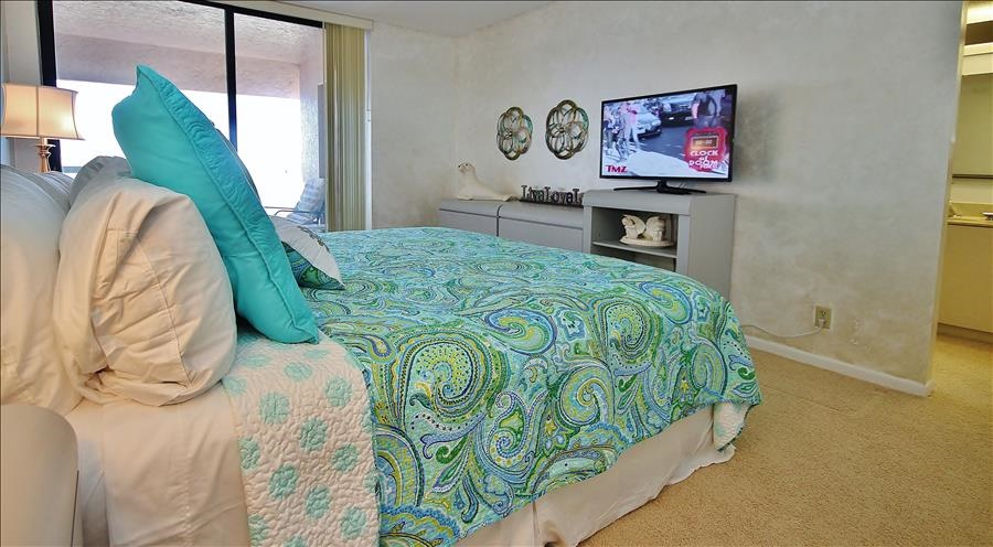King Bed & TV in Master