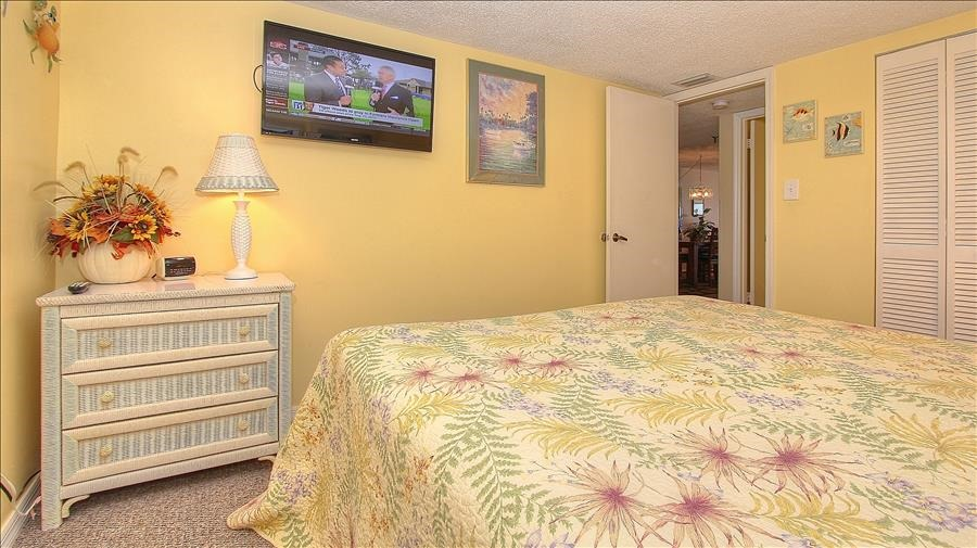 Guest Bedroom w/Flatscreen TV