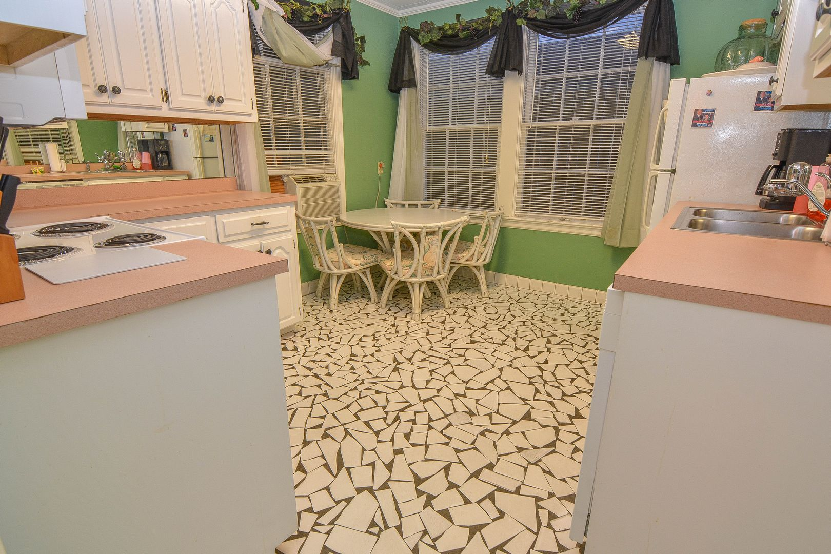 Kitchen W/ Dining Table