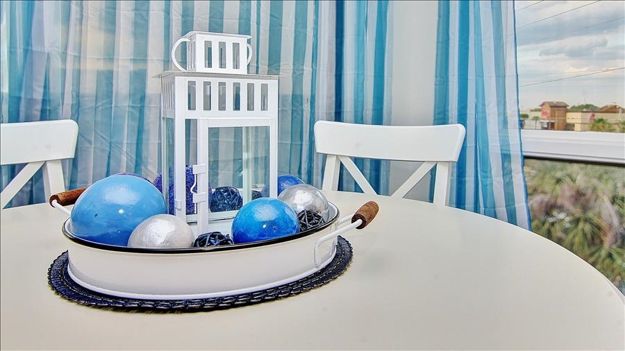 Dining Table & Decor