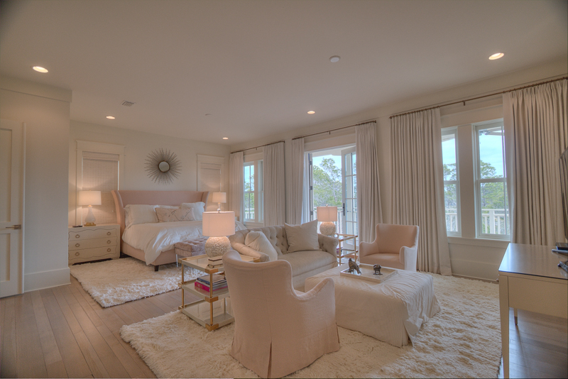 Main master king bedroom suite w/sitting area, sweeping views, private balcony