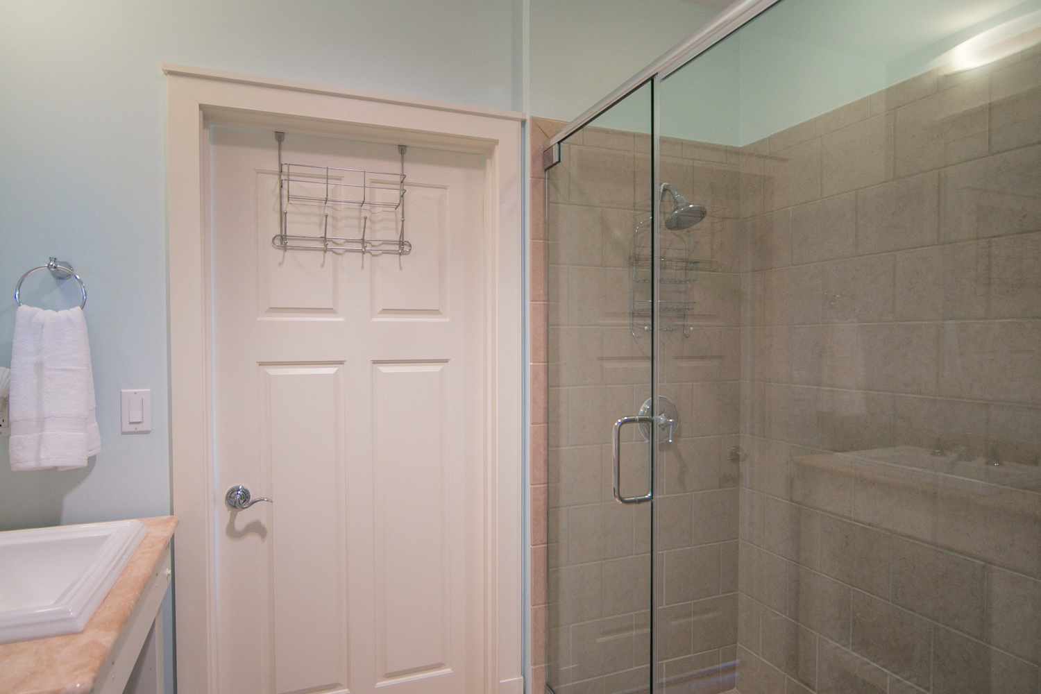 Full bathroom with access from the hall and from the king guest bedroom