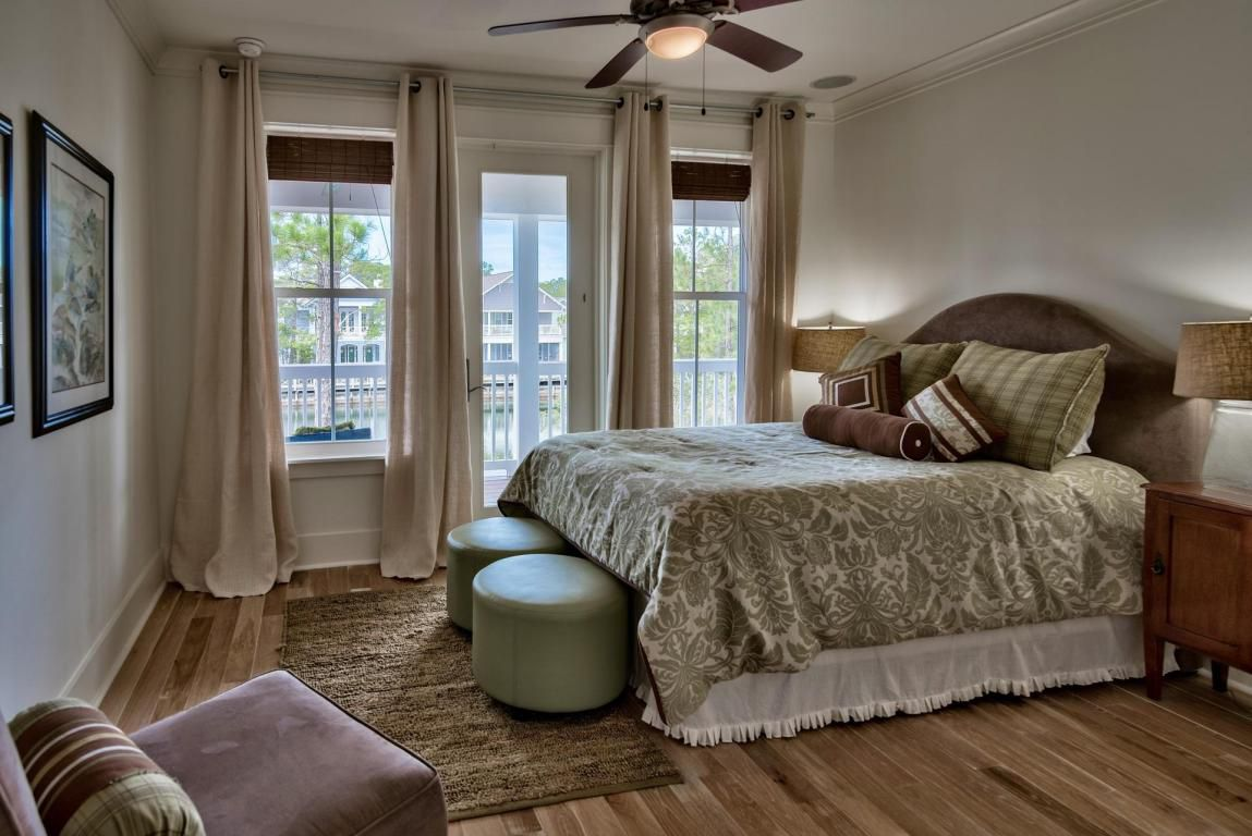 Bright queen suite with lounge seating