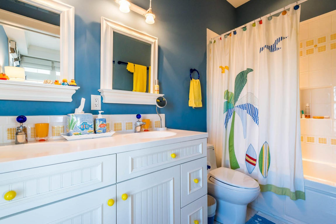 Secondary master bathroom with a tub/shower