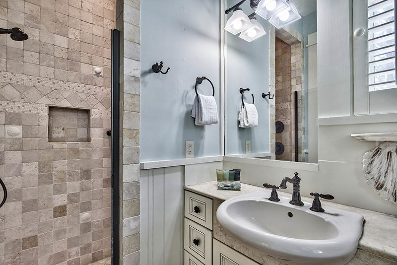 Queen connecting bathroom with a walk in shower