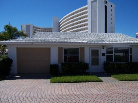 Siesta Key 2 bedroom villa rental steps to Crescent Beach and Siesta Village