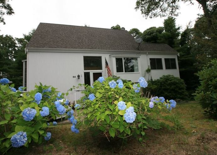 Perfect vacation home in Cape Cod with 2 bedrooms sleeps 8 close to private neighborhood beach