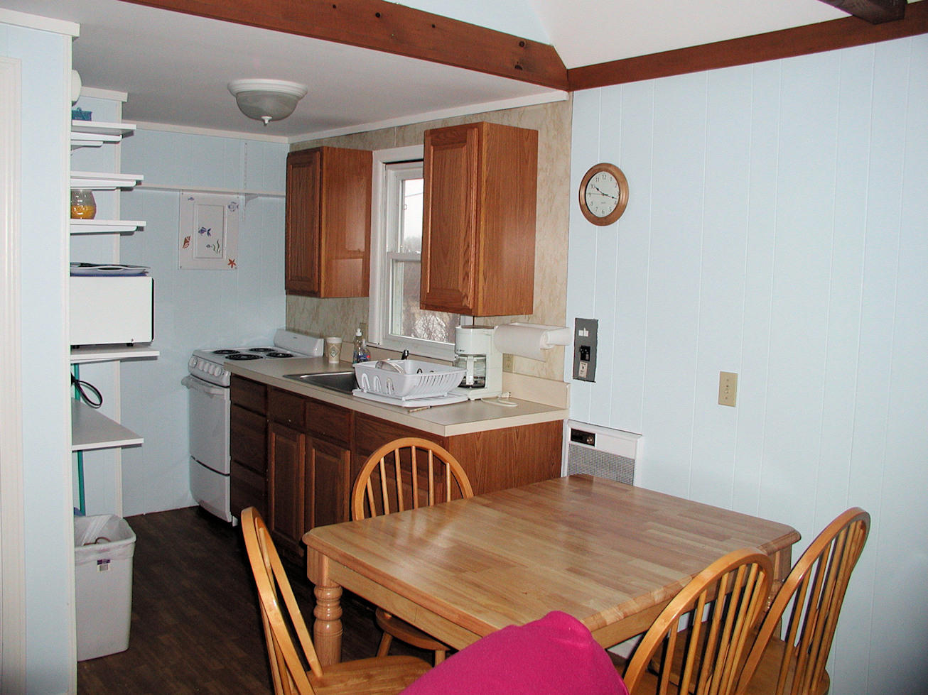 Kitchen w/Dining table