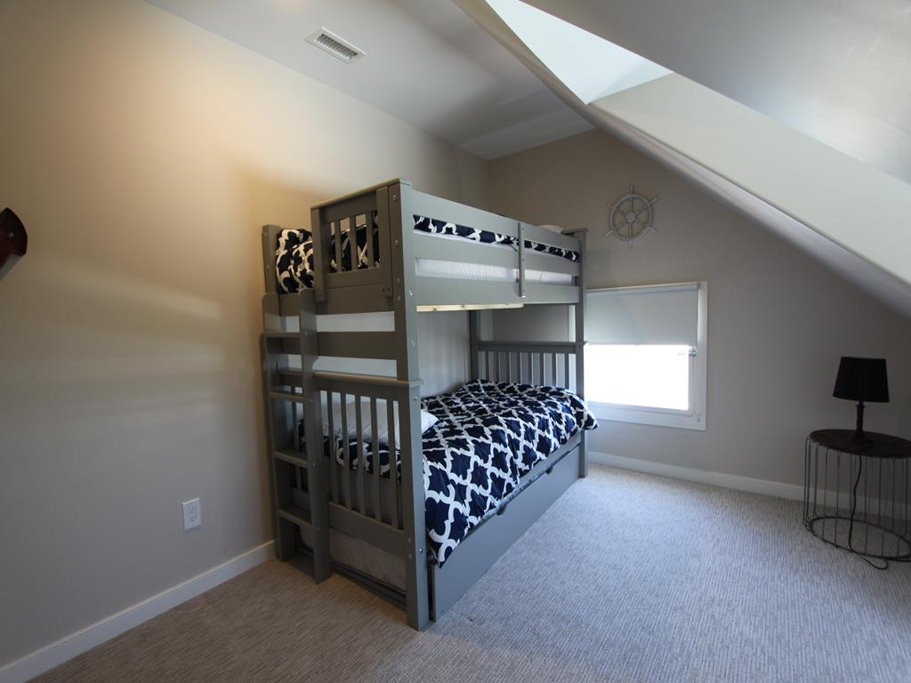 Bedroom w/bunkbed with a trundle bed