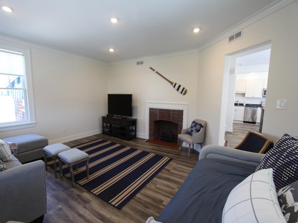 Living/family room w/gas fireplace