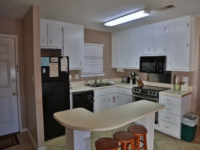 Full kitchen w/modern appliances (stove now flattop)
