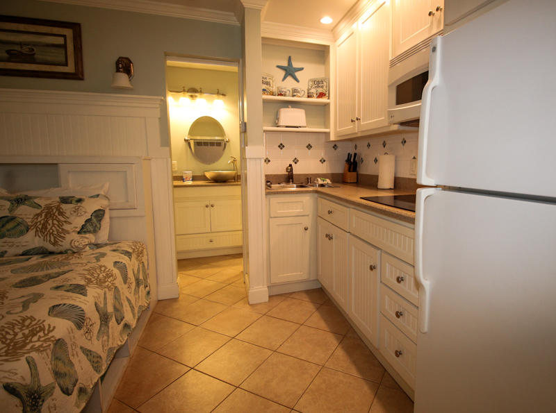 Queen Bed/Kitchenette