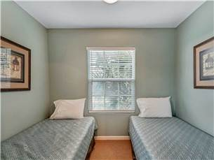 Extra sleeping area with 2 twin beds in master bedroom