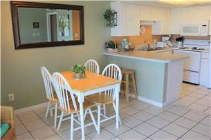 Dining Area with Breakfast Bar and Table Seating