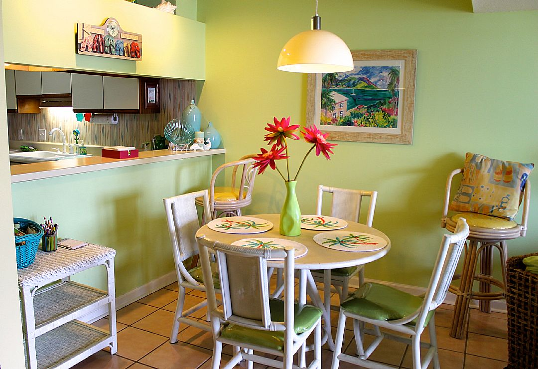 Dining Area w/ Seating for 4
