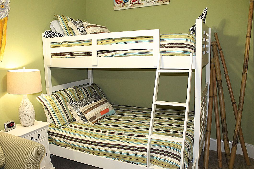 Second Guest Bedroom w/ full/twin combo bunk