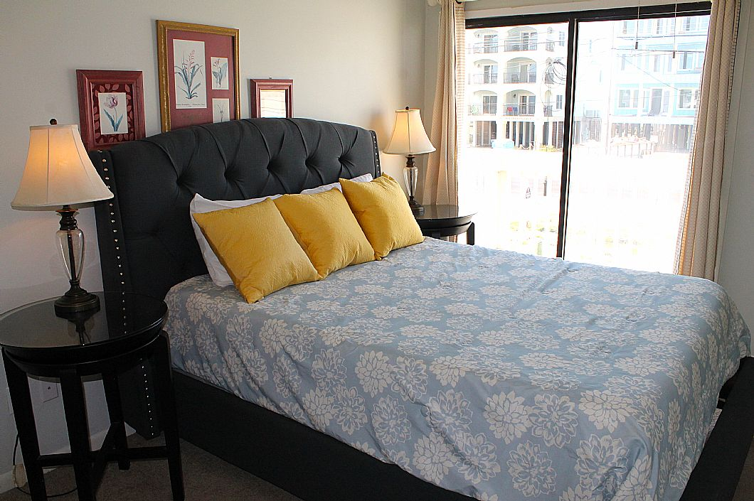 1st floor bedroom w/ queen bed