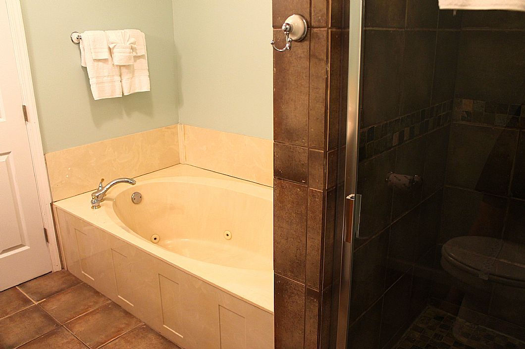 2nd floor bathroom w/ shower/tub combo