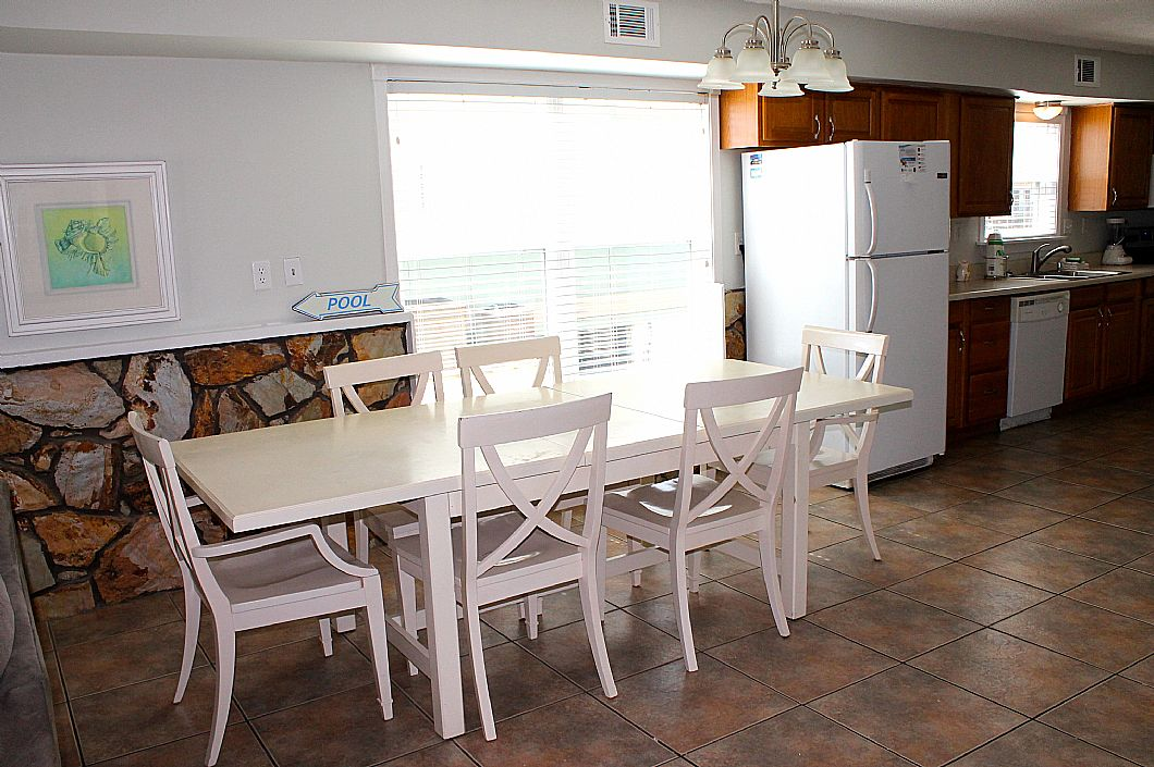 Dining area w/ seating for 6