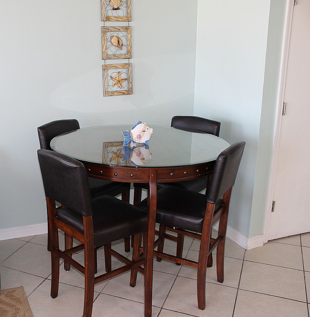 Round dining room table w/ seating for 4