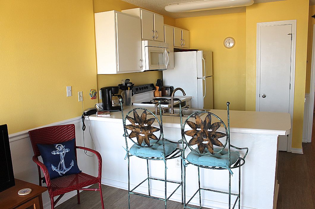 Fully equipped kitchen & bar seating for 2