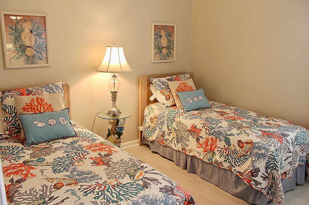 First guest bedroom w/ twin beds