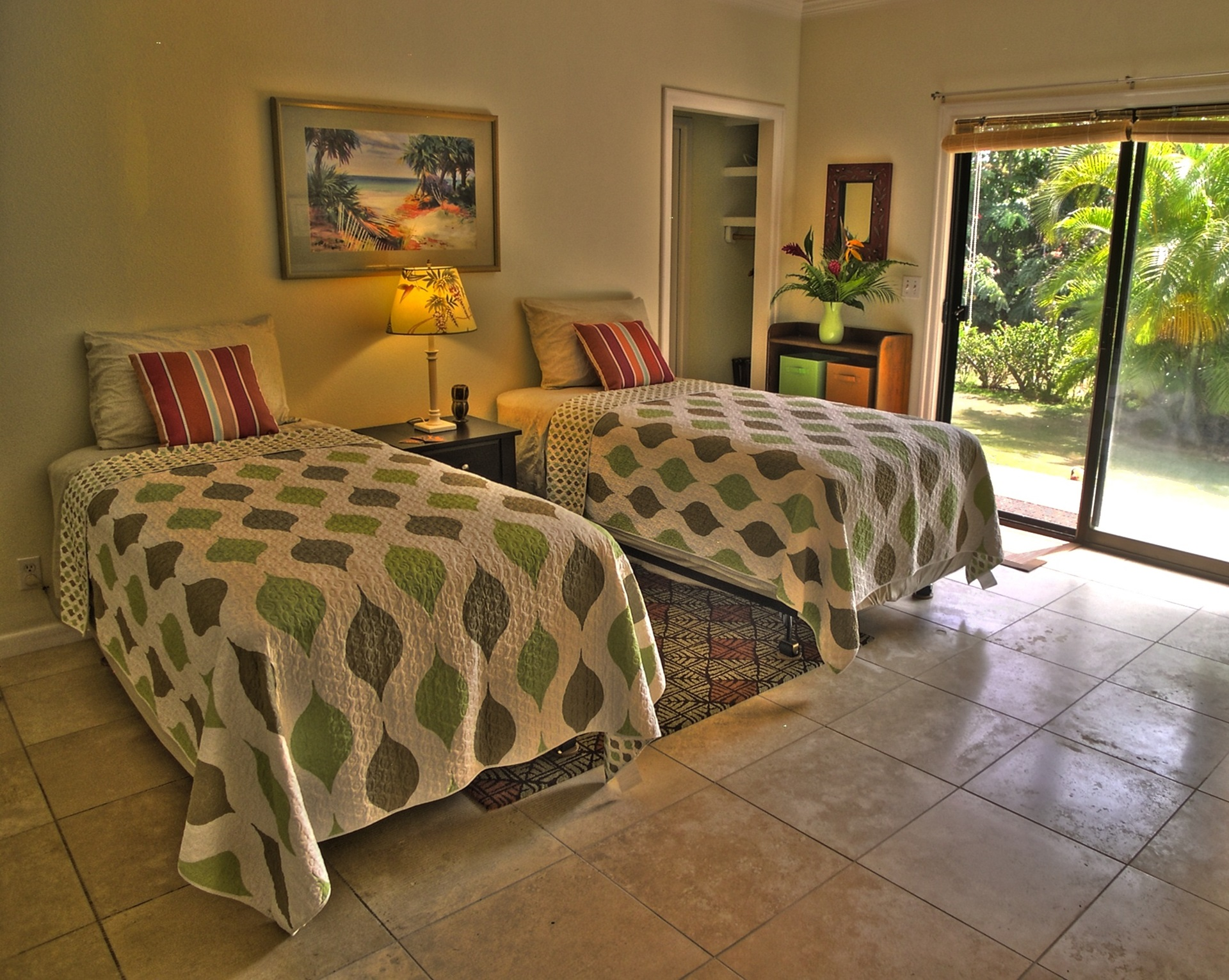 Twin guest bedroom (can convert to king bed)