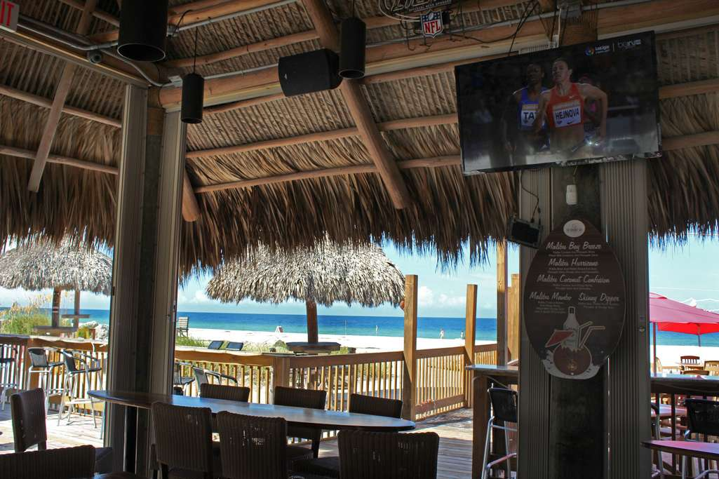 Beachfront Dining and Sports Bars to Relax in Open Air