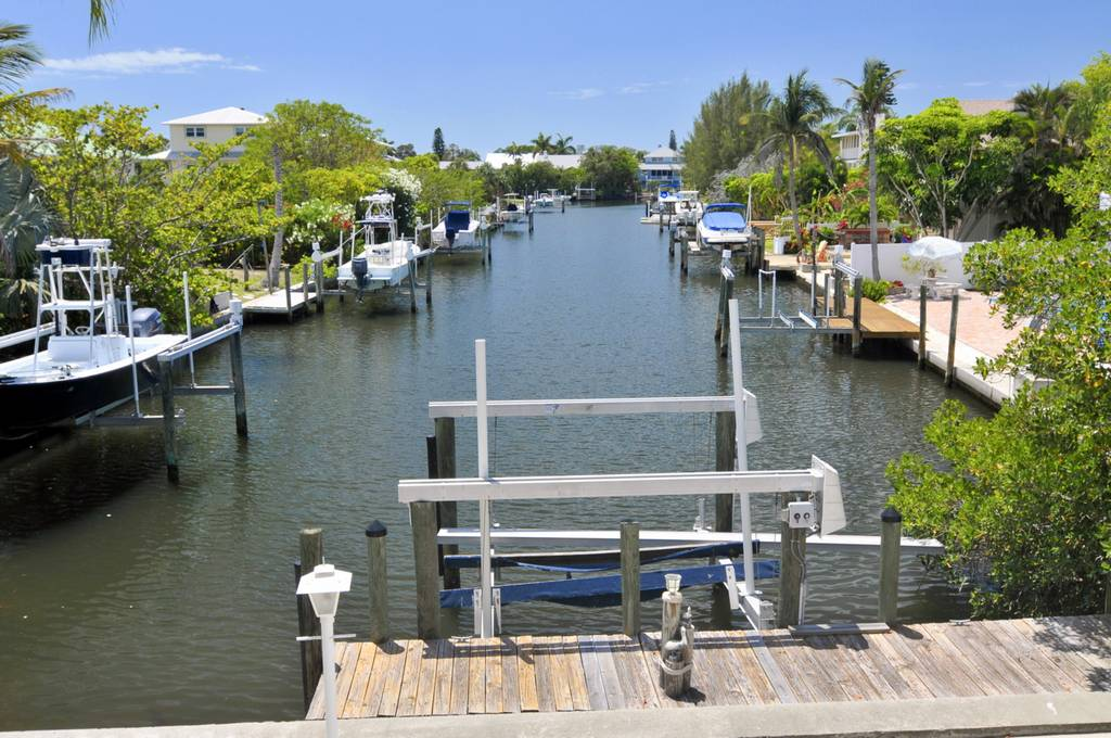 Boat Lift on Canal with Access to Tampa Bay
