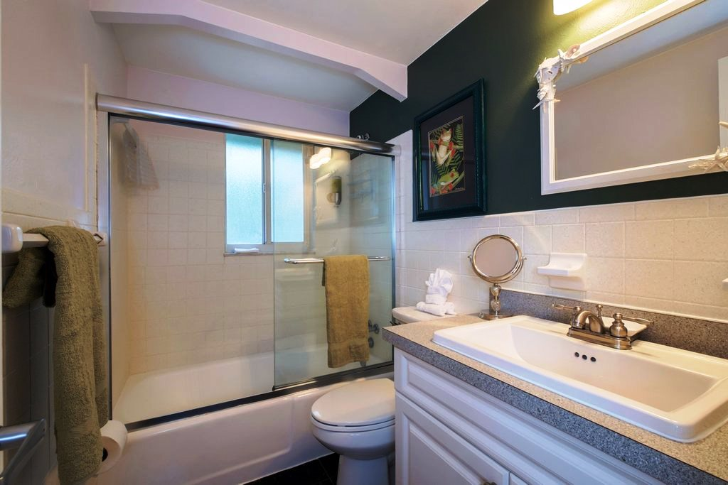 2nd Bath, Between Bedrooms, with Tub/ Shower