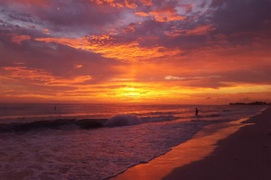 Beach Sunsets are Across the Street and Beautiful! Anna Maria Vacation home