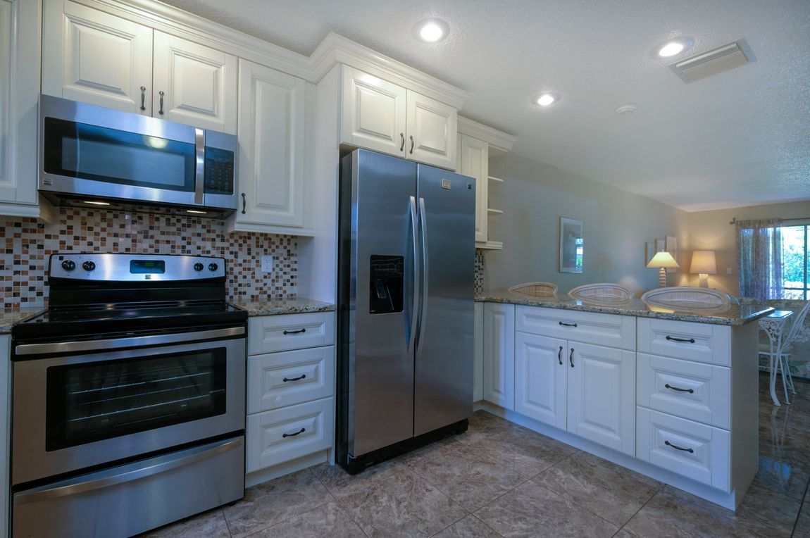 Open Counter into Dining Area Makes It Easy
