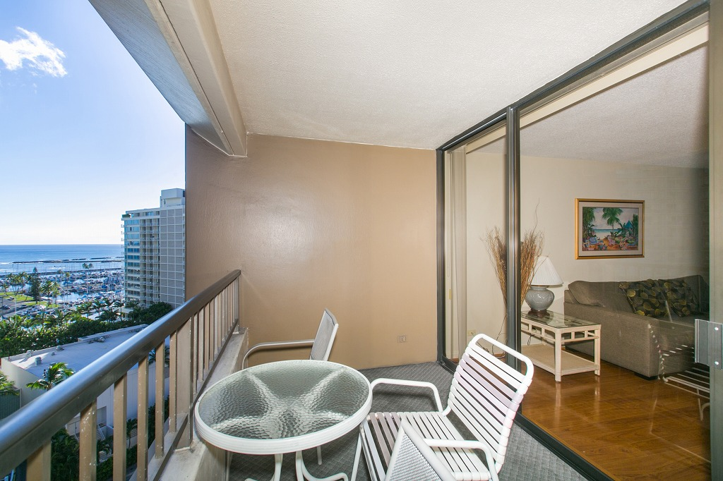 Spacious Lanai and watch waves while you drink cofee!