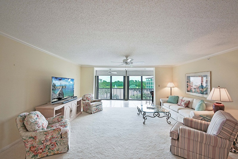 Naples Seasonal 2 bedroom condo rental with pool, fitness room, hot tub and close to the beach