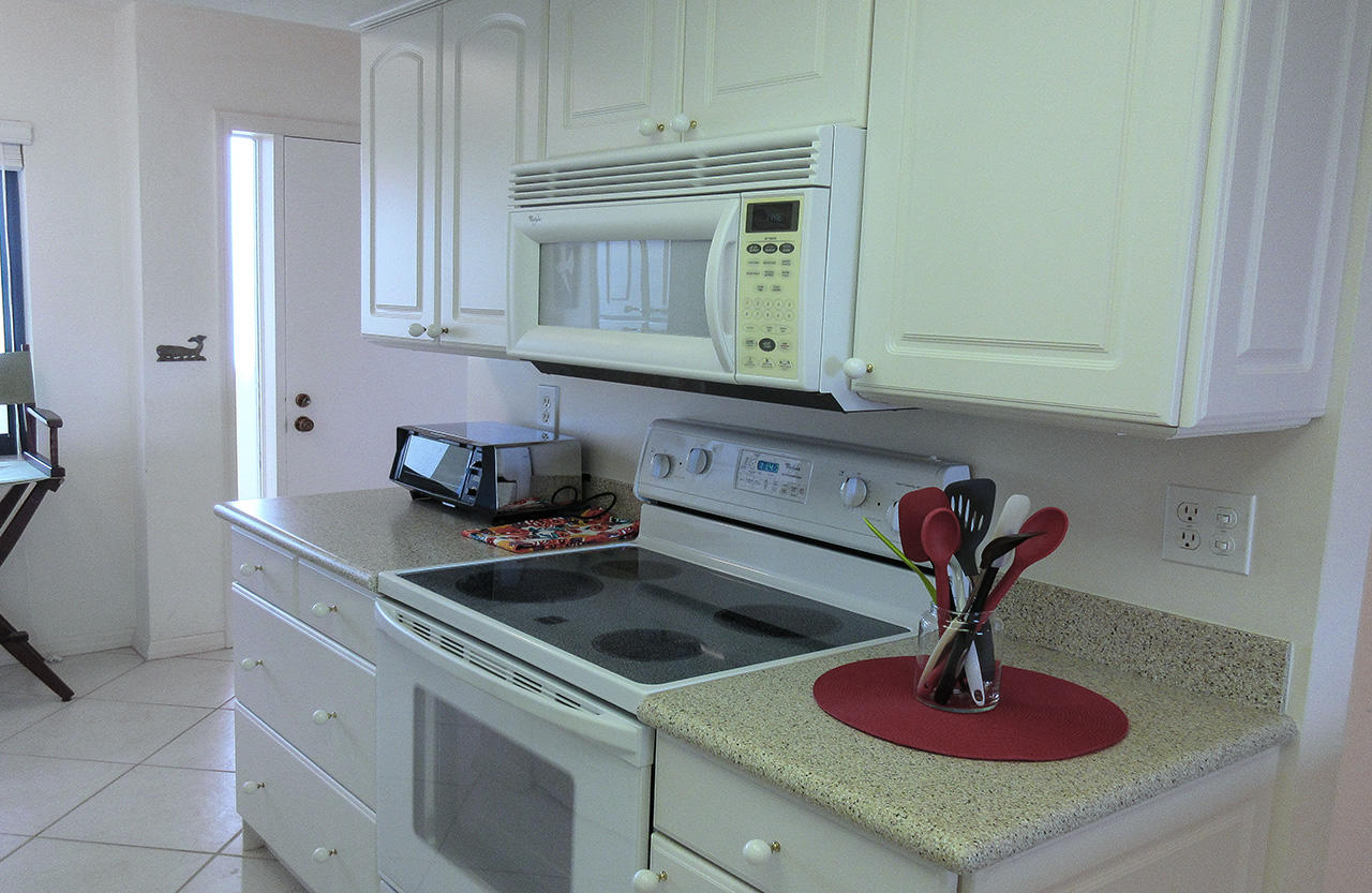 Harbour Pointe 725N - Bright New Fully Equipped Kitchen