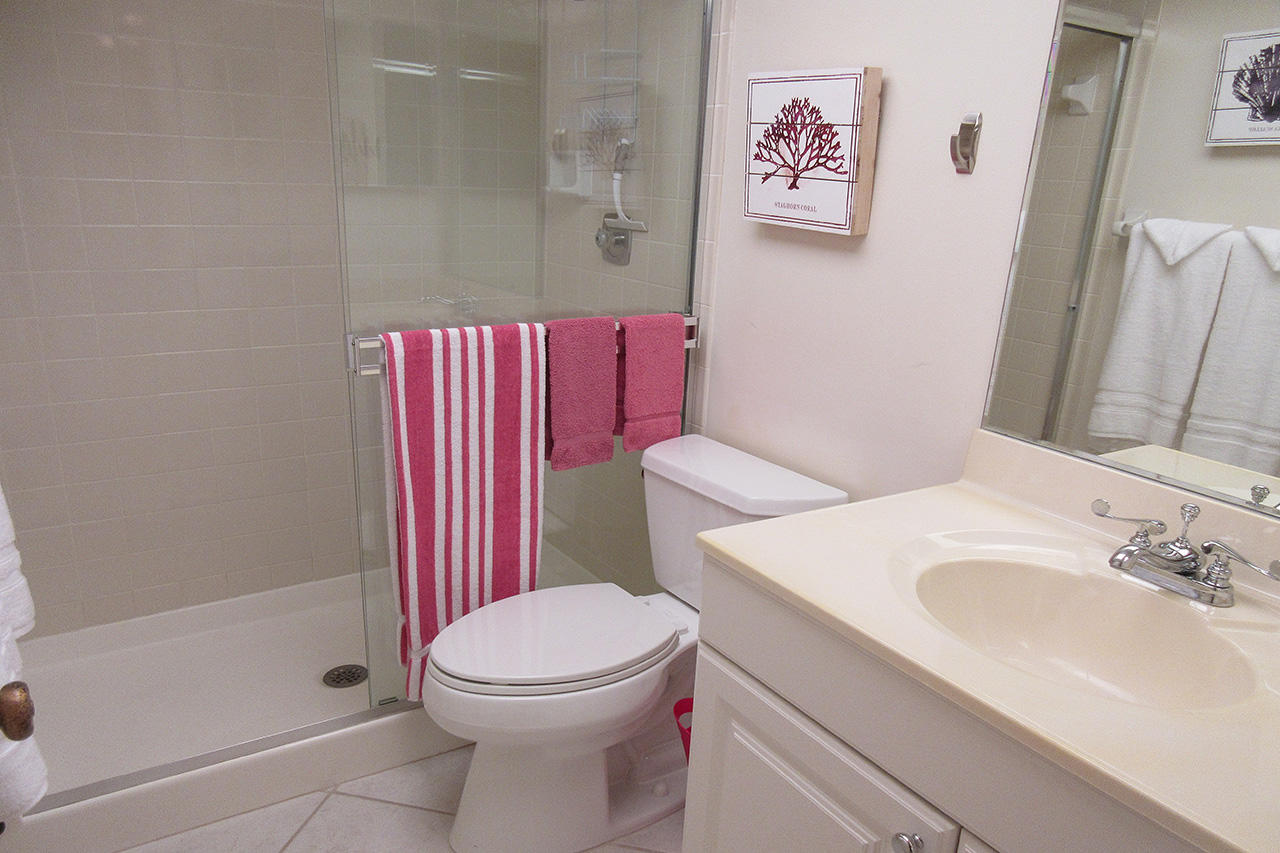 Harbour Pointe 725N - Guest Bath with Walk In Shower